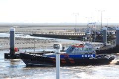救护队离开Holwerd,荷兰港口  库存照片