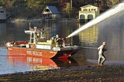 救火船喷洒的水 免版税库存照片