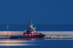 救火船在被月光照亮夜 库存图片