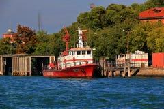 救火船VF1171在Canale Scomenzera 意大利威尼斯 库存图片