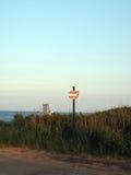 救生员停车处标志垄沟抱怨海滩Montauk纽约 免版税图库摄影