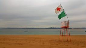 救生员在一个空的海滩的监视点在桑坦德 图库摄影