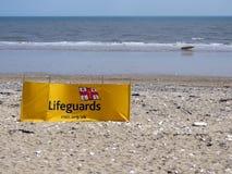 救生员在海滩的风断裂在Bridlington英国 库存图片