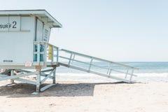 救生员塔俯视的海滩 免版税图库摄影