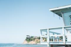 救生员塔俯视的海滩 免版税库存图片