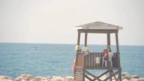 救生员塔在一个明亮的晴朗的夏日,与蓝天和海在背景中 影视素材