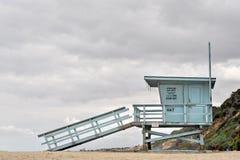 救生员塔在一多云天 免版税库存图片