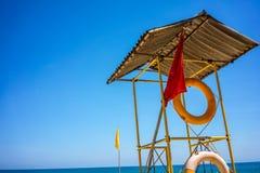 救生员岗位和蓝天在海洋铺沙海滩 免版税库存照片