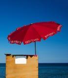 救生员沙滩伞 免版税库存照片