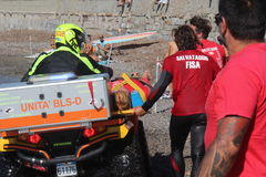 救生员海上保存游泳者抢救 免版税库存图片
