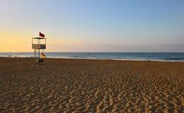 救生员的海滩塔在清早 库存图片