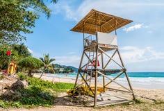 救生员驻地和安达曼海简单设计在多云蓝天的在背景,举世闻名的旅行地点,素林海滩中 免版税库存照片