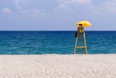 救生员,偏僻的海滩,晴朗的天气 免版税库存图片