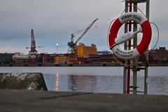 救生圈在港口 抢救圆环在港口在晚上 安全的概念反对淹没事故的 库存照片