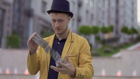 救生服和帽子的魔术师获得与纸牌的乐趣 股票视频