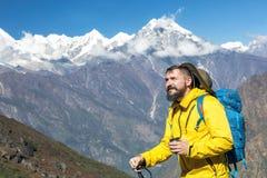 救生服的享用山景城的有胡子的远足者画象  库存照片