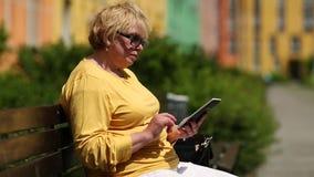 救生服的妇女使用电子书 妇女拿着e书 股票视频