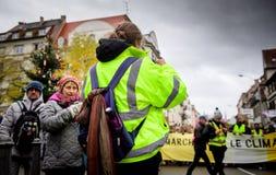 救生服的妇女在抗议在法国 免版税库存照片