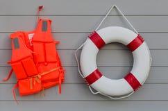 救生背心和安全带 免版税库存照片