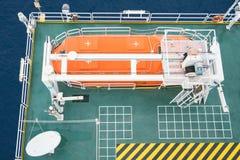 救生船、生存工艺或者救助艇在油和煤气平台紧急状态的撤出在集合驻地 免版税库存图片