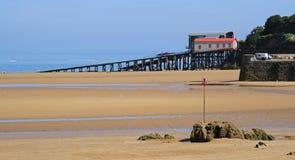救生船滑动和海滩 免版税库存图片