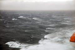 救生艇和风大浪急的海面 免版税库存照片