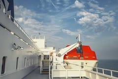 救生艇在船上横穿轮渡 免版税库存照片