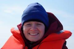 救生衣佩带的妇女年轻人 免版税库存图片