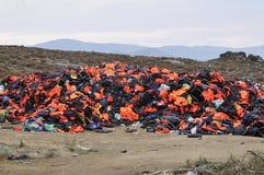 救生衣和小船在希腊海滩离开由难民 免版税库存图片