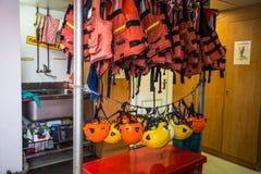 救生衣和盔甲在船上绿色和平Raimbow Worrior小船,停住在热那亚港,意大利 免版税库存图片