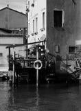 救生衣小船在威尼斯详述在guidecca的运河 免版税库存图片