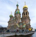 救主寺庙血液的在Griboedov运河,圣彼德堡,俄罗斯的堤防 免版税库存照片