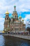 救主寺庙血液的在Griboedov运河,圣彼德堡,俄罗斯的堤防 免版税库存图片