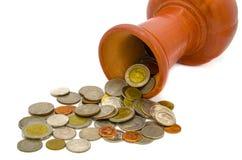 救他们的泰国的硬币在泥罐在一白色backgro 库存照片
