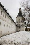 救主的Andronikov修道院石堡垒墙壁和城楼  莫斯科 库存图片
