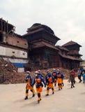 救援队在地震以后的Basantapur Durbar广场 图库摄影