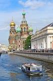 救主,圣彼德堡,俄罗斯的旅游小船教会Spilled血液的 免版税库存照片