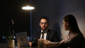 教严肃的经理后指示实习生在有计算机的办公室 股票视频