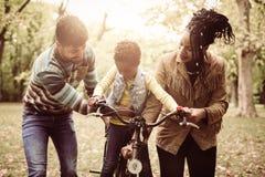 教他们的小女孩的非裔美国人的父母对d 免版税图库摄影