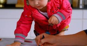 教他的女儿的父亲在家画在书4k 股票录像