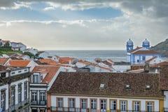 教会、屋顶和海洋在Angra做Heroismo, Terceira,亚速尔群岛海岛  图库摄影