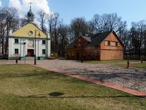 教会、街道和房子 免版税库存图片