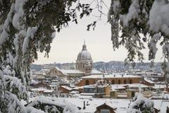 教会下罗马降雪 免版税库存图片