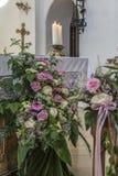 教会与花卉婚礼装饰的座位细节 免版税库存图片