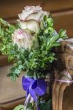 教会与花卉婚礼装饰的座位细节 库存图片