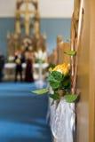 教会与花和耳朵的婚礼装饰 图库摄影