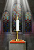 教会与被点燃的蜡烛的污迹玻璃窗 免版税库存照片