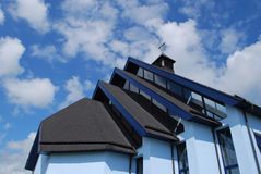 教会交叉圣洁现代屋顶 库存图片