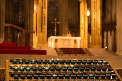 教会修改与在前景点燃的蜡烛 库存照片