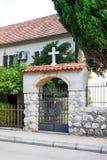教会入口 与一个正统十字架的曲拱 kotor montenegro 免版税库存图片